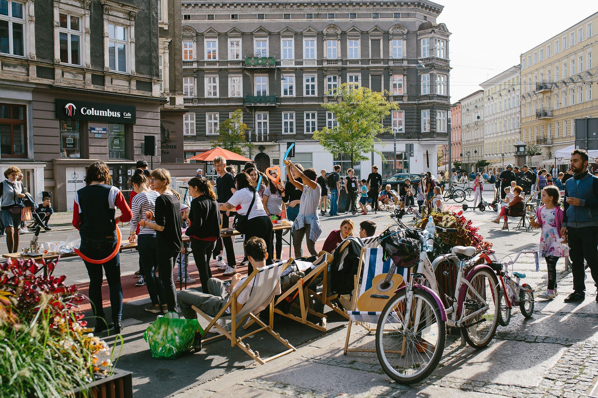 Ludzie stojący na ulicy Rayskiego podczas Święta Śródmieścia 2020