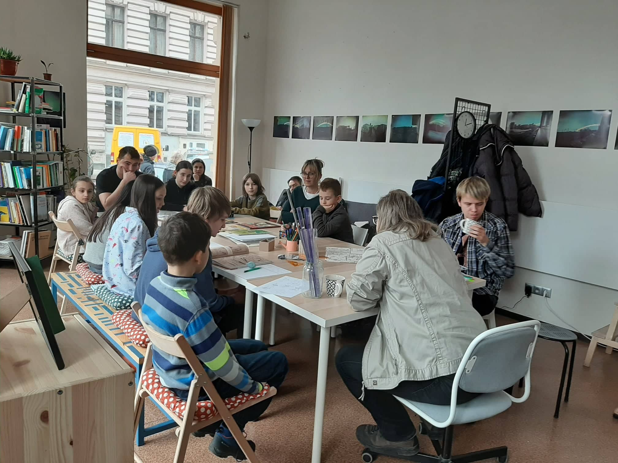 Dzieci, młodzież i dorośli podczas warsztatów komiksowych z Wojciechem Ciesielskim