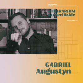 Grafika z Gabrielem Augustynem na tle książek wskazuje palcem na patrzącego
