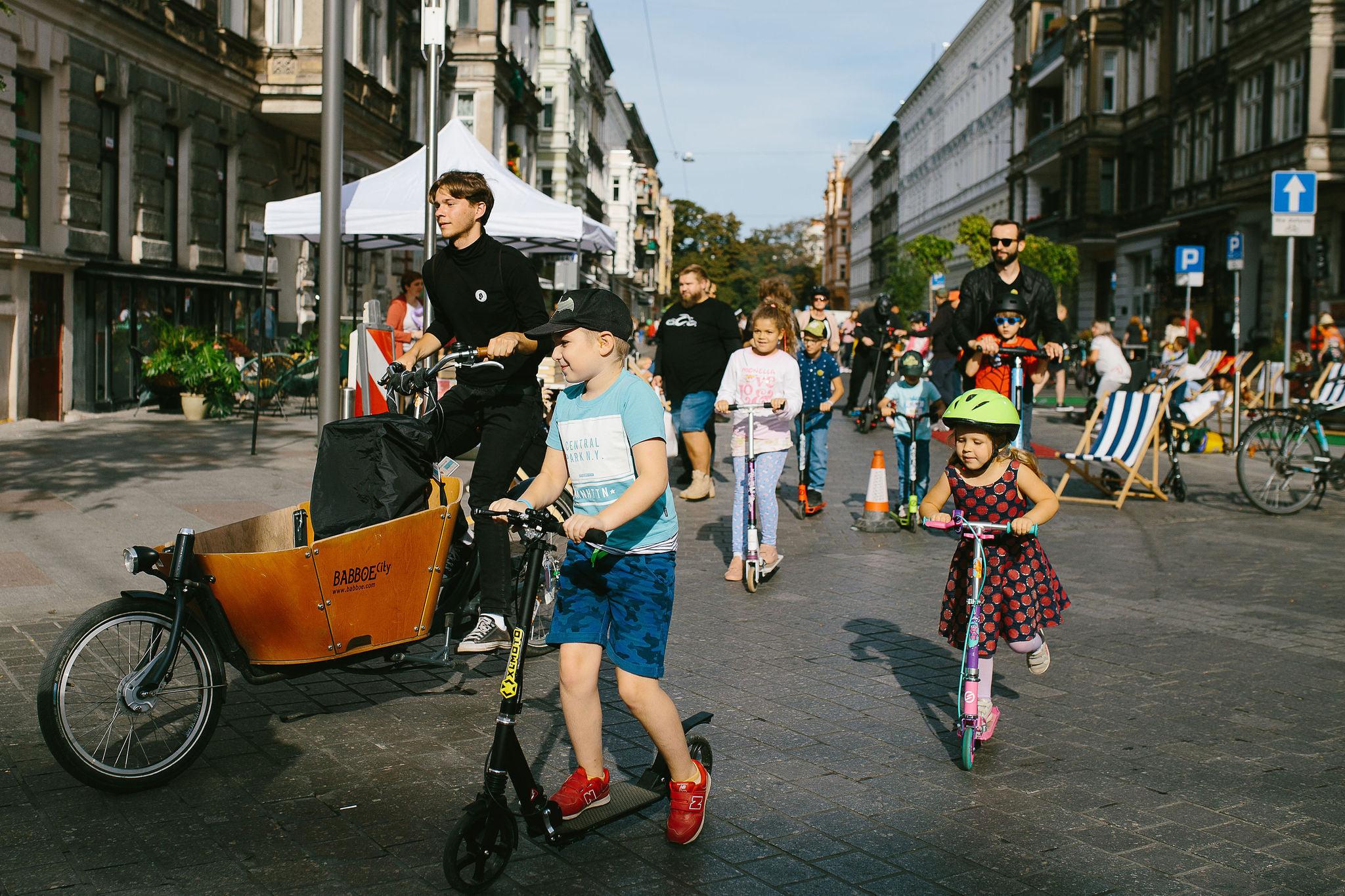 Książki, deskorolki, mozaikowa gra miejska i zabytkowy autobus. Rajski dzień w centrum miasta