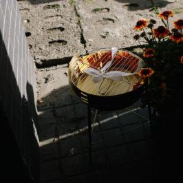 Złoty Grill i kwiaty stoją na chodniku.
